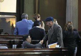 Diputados se despiden luego que se levantara la sesión. (Foto Prensa Libre: Carlos Hernández)
