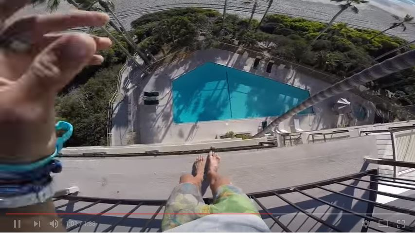 El intrépido saltador ha sobrevivido a varios lanzamientos al agua. (YouTube).