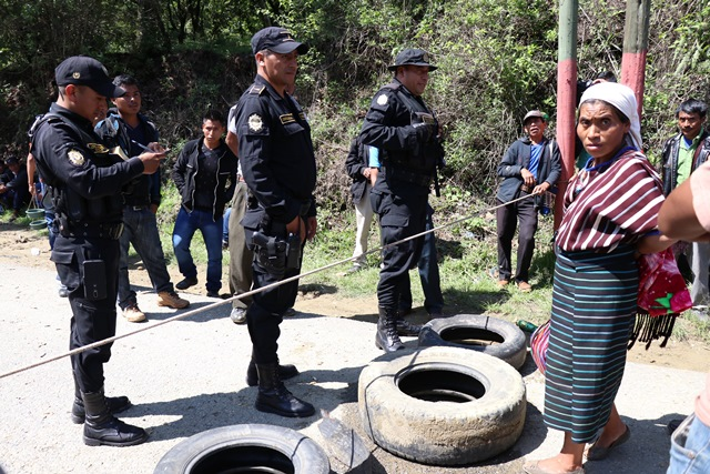 Policías conversan con los manifestantes en Huehuetenango para que depongan los bloqueos.