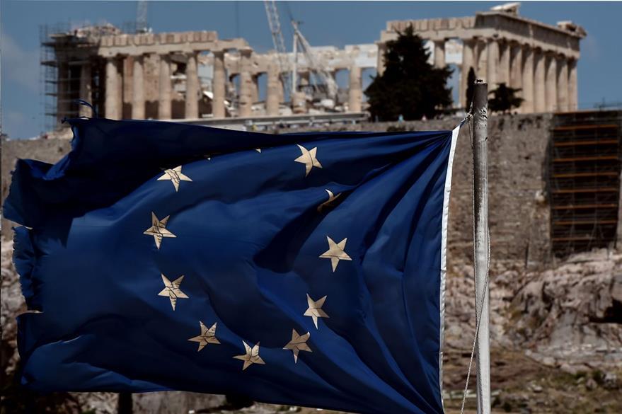La bandera de la Unión Europea,ondea frente al Acrópolis de Atenas en Grecia, la permanencia de ese país en la UE, podría peligrar si no se llegan a acuerdos en cuanto al pago de la deuda. (Foto Prensa Libre: AFP).