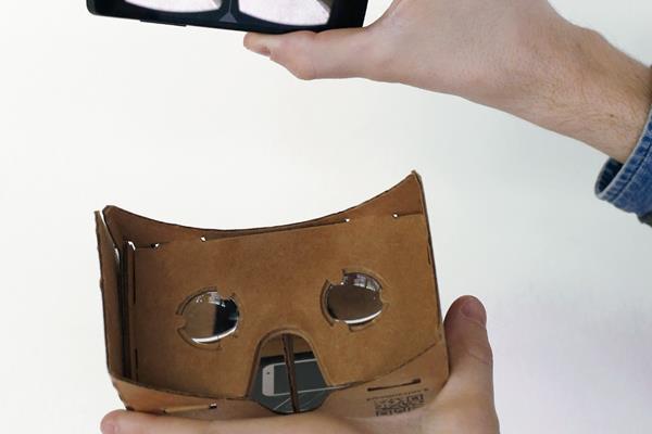 Un empleado presentó un Google Cartón realidad virtual auricular para teléfonos inteligentes Android durante un evento de promoción de Google en París en noviembre de 2014. (Foto Prensa Libre:Hemeroteca PL)