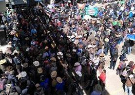 Representantes de 83 comunidades efectúan dos bloqueos de carretera en Sololá en apoyo a la Cicig. (Foto Prensa Libre: Ángel Julajuj)