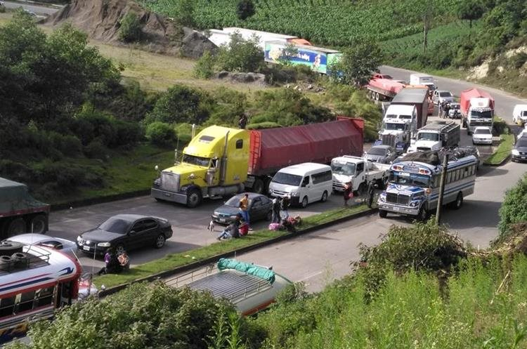 Largas filas de vehículos se registraron en el kilometro 117 ruta interamericana aldea Las Trampas, Solola. (Foto Prensa Libre: Ángel Julajuj)