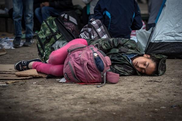Una inmigrante duerme en un refugio temporal en Belgrado, Serbia.
