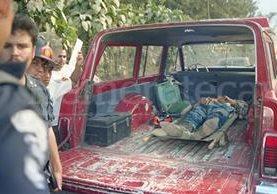 El cadáver de Pedro Haroldo Sas Rompich yace en una ambulancia minutos después del incidente en el que muriera a manos de la seguridad del entonces presidente Álvaro Arzú. (Foto: Hemeroteca PL)