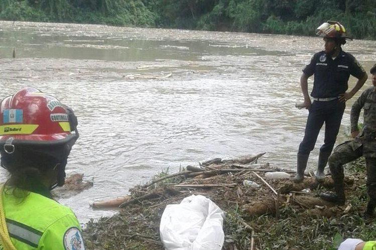 El tercer cadáver fue localizado en la represa de una hidroeléctrica a dos kilómetros del lugar de la tragedia. (Foto Prensa Libre: Eduardo Sam).