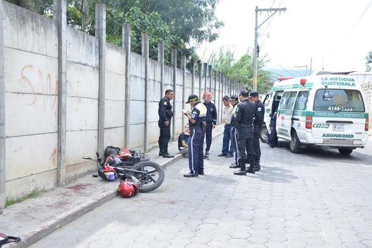 Socorristas atienden a sujeto que fue arrollado en Jocotenango, luego de que supuestamente asaltó a un transeúnte. (Foto Prensa Libre: Renato Melgar)