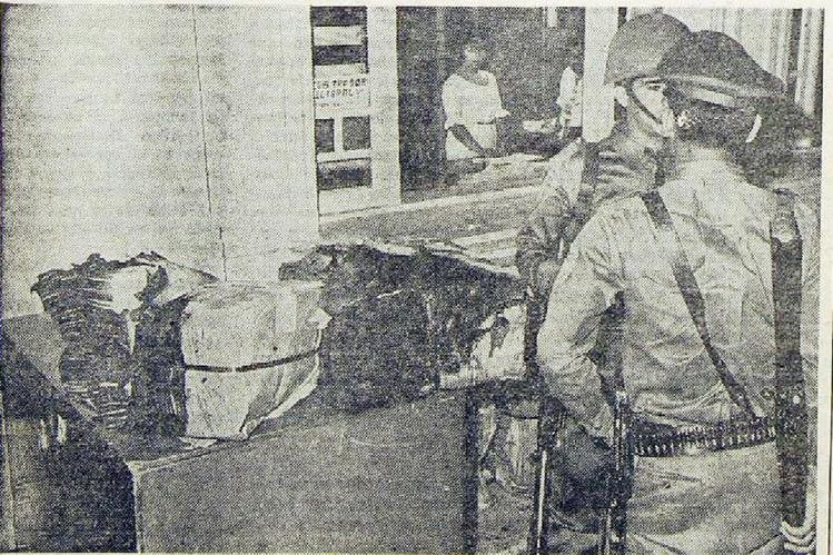 Un agente y un soldado custodian las papeletas quemadas el 30/3/1966. (Foto: Hemeroteca PL)