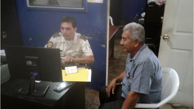 Fabián Cortez González, alcalde de Conguaco, interpone denuncia ante la PNC. (Foto Prensa Libre: Guatevisión)