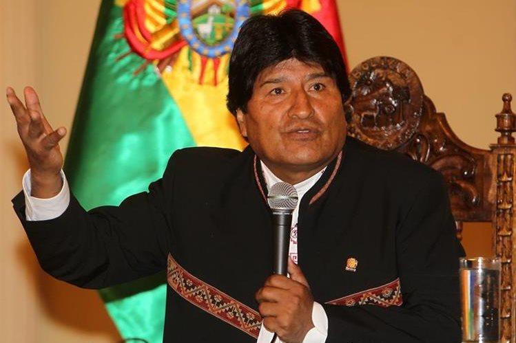 El presidente de Bolivia, Evo Morales, habla en una rueda de prensa en la sede del gobierno boliviano. (Foto Prensa Libre: EFE).