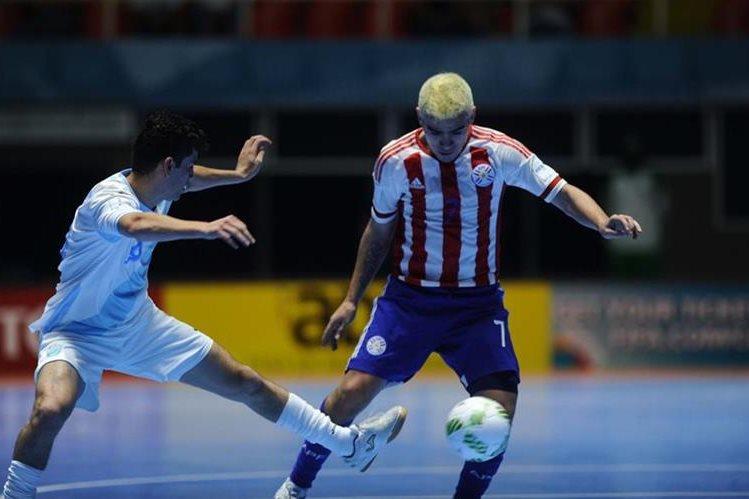 Acción durante el partido entre Guatemala y Paraguay. (Foto Prensa Libre: Francisco Sánchez)