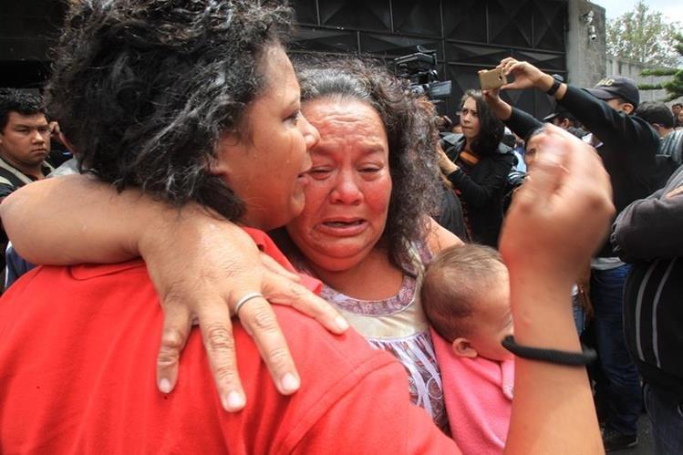 Familiares de una de las victimas quemadas en el Hogar Seguro se consuelan al conocer la falta noticia. (Foto Prensa Libre: Estuardo Paredes)