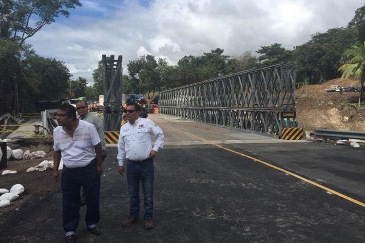 Puente tipo Bailey en Mayuelas, Gualán, es revisado para ser habilitado este jueves. (Foto Prensa Libre: Víctor Gómez)