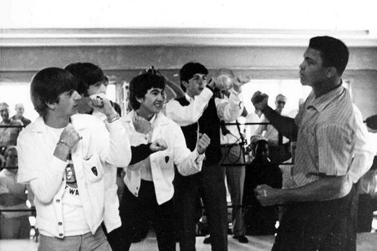 El legendario encuentro entre el boxeador y el grupo de rock se dio en 1964 en Miami, Florida. (Foto Prensa Libre: AP).