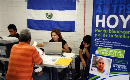 Los salvadoreños amparados bajo el TPS renuevan este documento migratorio-