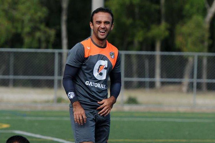 José Contreras se mostró de muy buen humor en el entrenamiento. (Foto Prensa Libre: Jeniffer Gómez)