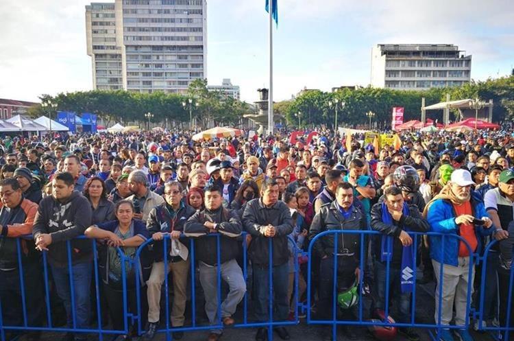 Motoristas y público esperan el banderazo de salida. (Foto Prensa Libre: Paulo Raquec)