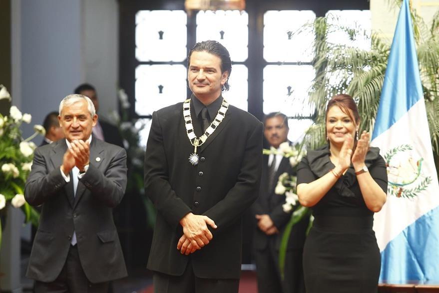 El entonces presidente Otto PŽérez Molina y la vicemandataria Roxana Baldetti ficieron entrega de la Orden de Quetzal al cantautor guatemalteco. (Foto Prensa Libre: Hemeroteca PL)