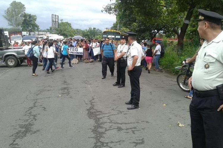 Maestros bloquean el kilómetro 247 crucero la Virgen Tecún Umán y también frontera el Carmen Malacatan.