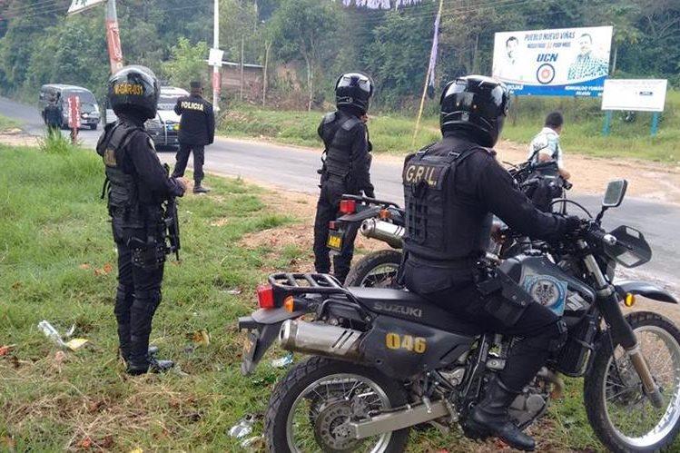 Fuerzas de seguridad resguardan el área donde fueron capturados cuatro presuntos integrantes de una banda de secuestradores, en Pueblo Nuevo Viñas, Santa Rosa. (Foto Prensa Libre)