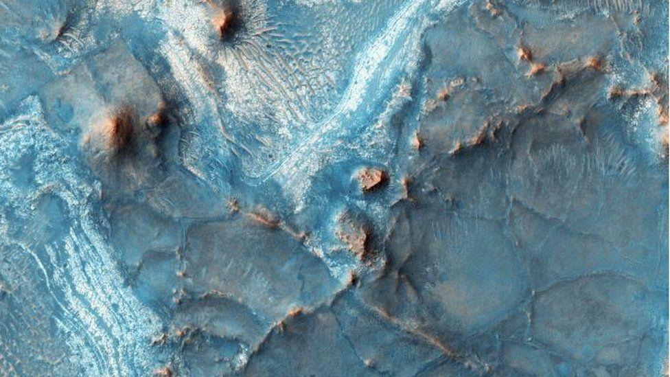 Esta es la región de Nili Fossae, y es la más colorida de Marte. Según los expertos, en la mayor parte del planeta el pasaje está dominado por polvo y regolito (materiales no consolidados), pero aquí la piedra está más expuesta. NASA