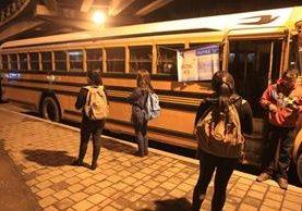 Para abordar los autobuses, los estudiantes deben presentar carné vigente y anotarse en una lista. (Foto Prensa Libre: Esbin García)