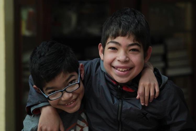 Cristian y Josué Argueta Gramajo se preparan para recibir tres meses más de medicamentos (Foto Prensa Libre Erick Ávila)