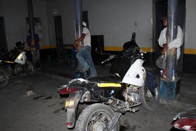 Tres de los presuntos delincuentes permanecen en el corredor de la Comisaría de PNC en Santa Cruz del Quiché. (Foto Prensa Libre: Óscar Figueroa).