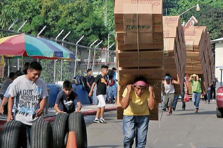 Por el puente fronterizo entre Guatemala y México pasa todo tipo de mercadería y en grandes volúmenes. (Foto Prensa Libre: Whitmer Barrera)