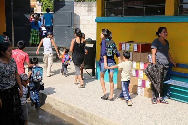 <p>Estudiantes de varias escuelas no reciben clases por falta de agua entubada, en Cobán, Alta Verapaz. (Foto Prensa Libre: Eduardo Sam) <br></p>