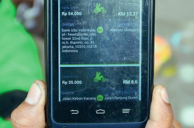 Con una aplicación móvil, los clientes pueden cotizar el traslado. (Foto Prensa Libre: AFP).