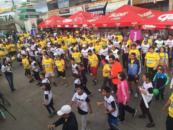 Familias y magistrados participan en la carrera en Quetzaltenango. (Foto Prensa Libre: OJ)