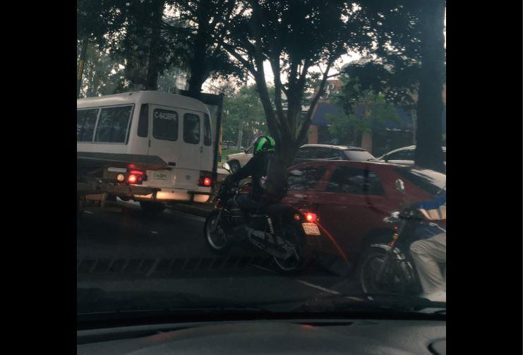 Congestionamiento en bulevar Vista Hermosa, zona 15. Foto Prensa Libre:@Wexave.