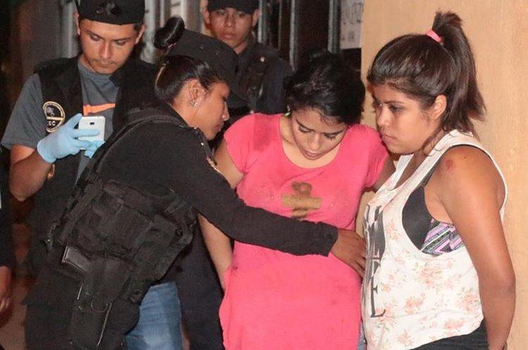 Dos mujeres fueron capturadas en San Miguel Petapa, luego de un enfrentamiento con la PNC. (Foto Prensa Libre: PNC)