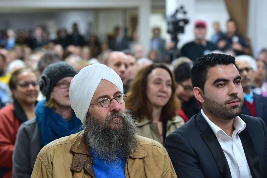 Asistentes a un evento solidario interreligioso en la Mezquita Masjid Gibrael en San Gabriel, California, denunciaron el discurso de odio y las propuestas anti-musulmanas. (Foto Prensa Libre: AFP).