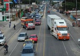 De las 6 a 19 horas, en la carretera de Chimaltenango circulan unos 15 mil vehículos, lo que hace que pasar por ese lugar sea complicado. (Foto Prensa Libre: Víctor Chamalé)