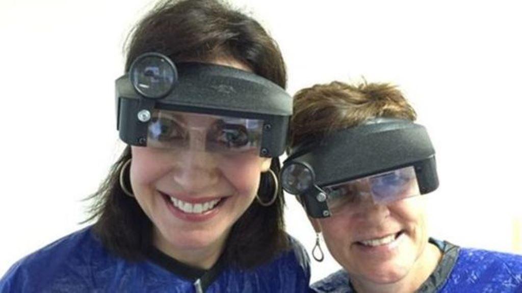 Nancy Fields (izquierda) creó su empresa luego de ver las dificultades que pasó su hermana. Sus técnicos usan visores con lentes de aumento. (LICE HAPPENS)