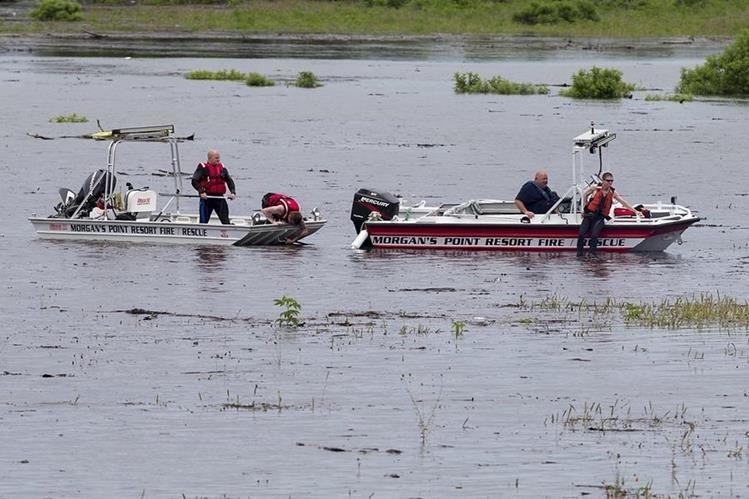Rescatistas trabajan en el área donde volcó el camión militar en Fort Hood, Texas. (Foto Prensa Libre: AP).