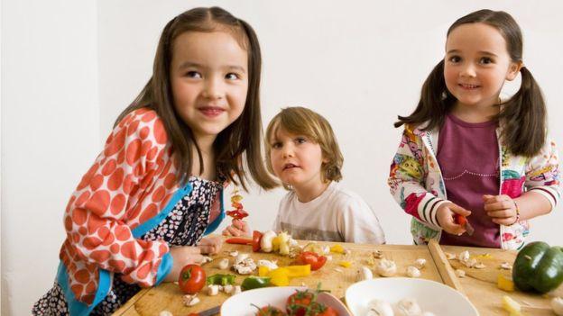 Los niños imitan a los padres pero también a otros pequeños a la hora de comer. (Foto: Henglein and Steets)