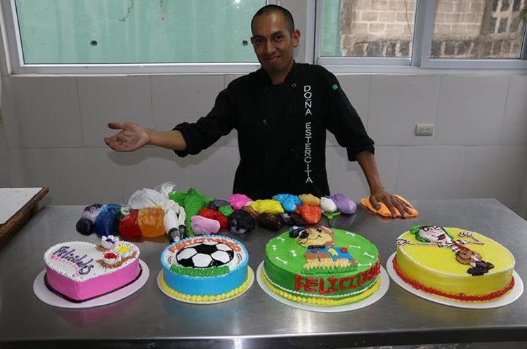 Héctor Reyes Hernández, 32, cumple la labor de padre y madre, además encuentra el tiempo para educar y brindarle amor a su hija, gracias a su profesión de repostero. (Foto Prensa Libre: Mike Castillo)