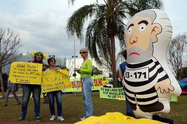 Brasileños protestan frente al Tribunal de Cuentas.