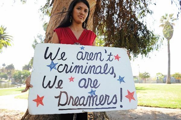 cientos de jóvenes latinoamericanos han manifestado su apoyo al  programa Dream Act.