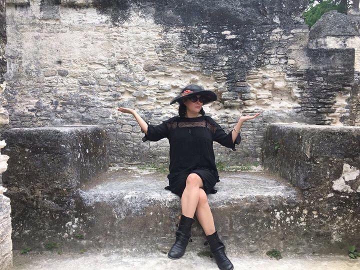 La actriz Jennifer Tilly posa durante su visita en Tikal, Petén. (Foto Prensa Libre: Rigoberto Escobar)