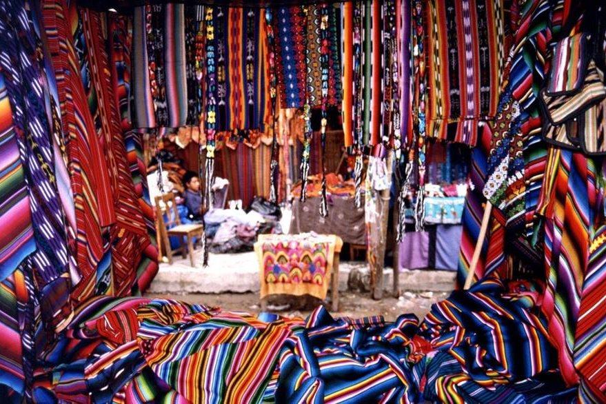 El colorido de los textiles causa un impacto especial para los visitantes. (Foto Prensa Libre: arzuhallfamily.wordpress.com)