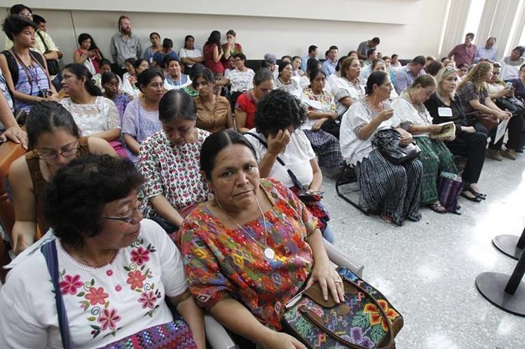 Mujeres Kekchíes asisten a la audiencia en el Juzgado de Mayor Riesgo A, el pasado martes. (Foto Prensa Libre: Hemeroteca PL)