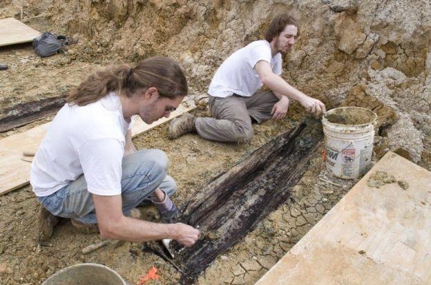 Investigadores desenterrando ataúdes en la universidad. UNIVERSIDAD DE MISISIPI