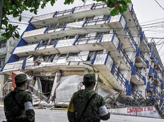 La fuerza militar vigila varias calles  en Oaxaca, donde el terremoto destruyó varios edificios.