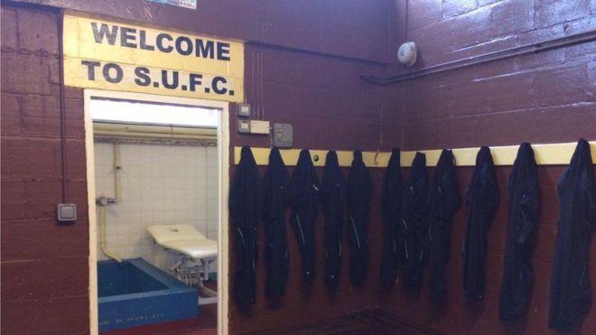 """El vestuario del equipo local del Sutton United, con una bañera que no se puede utilizar por razones de """"seguridad""""."""