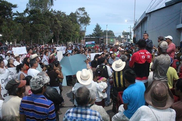 Pobladores de Jalapa protestan en rechazo a acuerdo sobre aumento al servicio de agua entubada. (Foto Prensa Libre: Hugo Oliva)