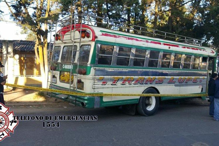 Autobús en el que se perpetró el ataque contra un piloto y su ayudante es resguardado por las fuerzas de seguridad, en Olintepeque, Quetzaltenango. (Foto Prensa Libre: Bomberos Municipales Departamentales)
